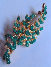 Goldtone green flower brooch