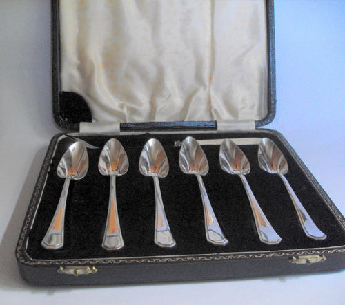 Boxed set grapefruit spoons etc