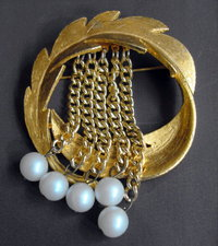 Gold tone wreath brooch