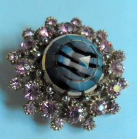 Brooch w inset striped glass